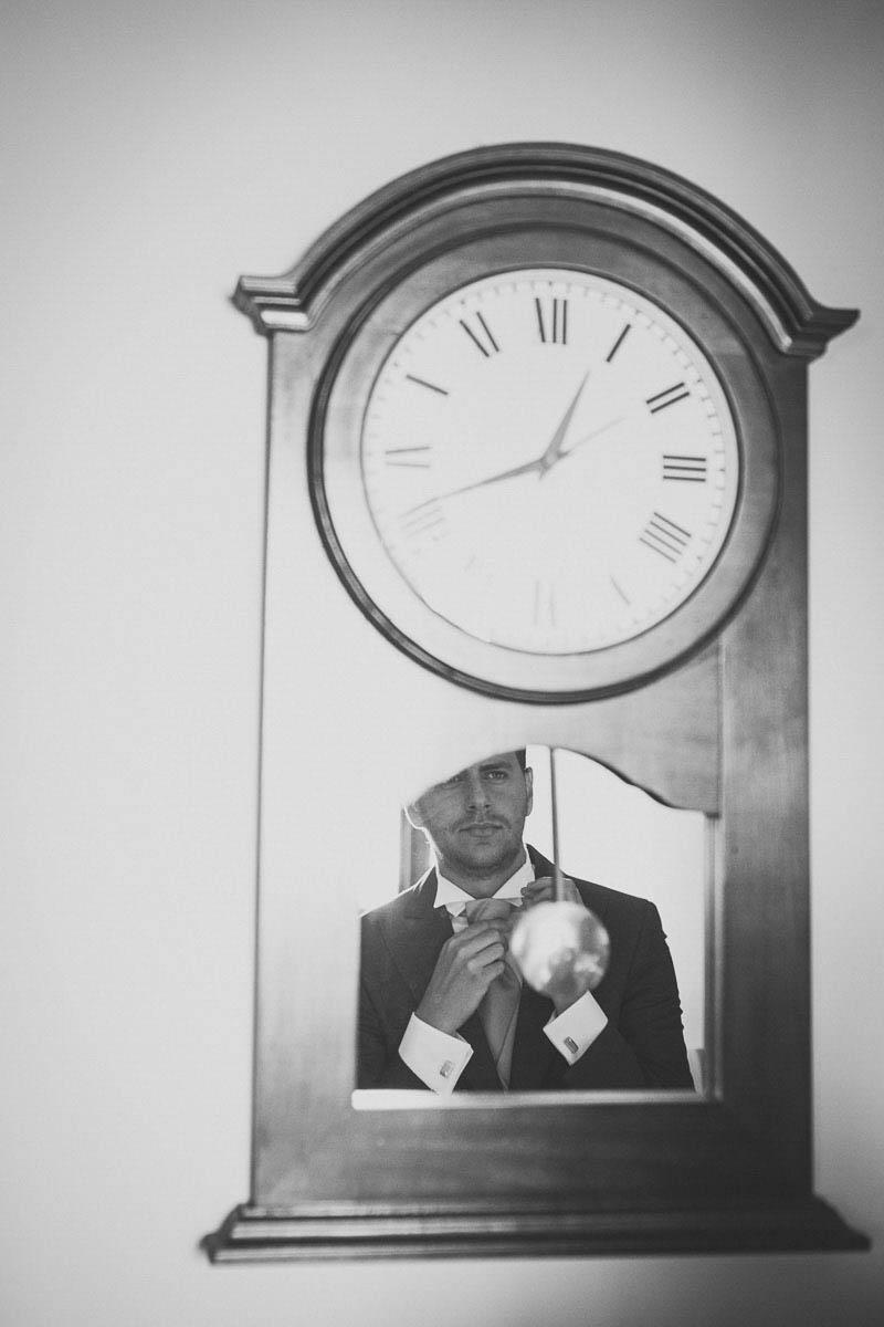 Fotografo matrimonio Torino: Lo sposo Fabrizio allo specchio in bianco e nero